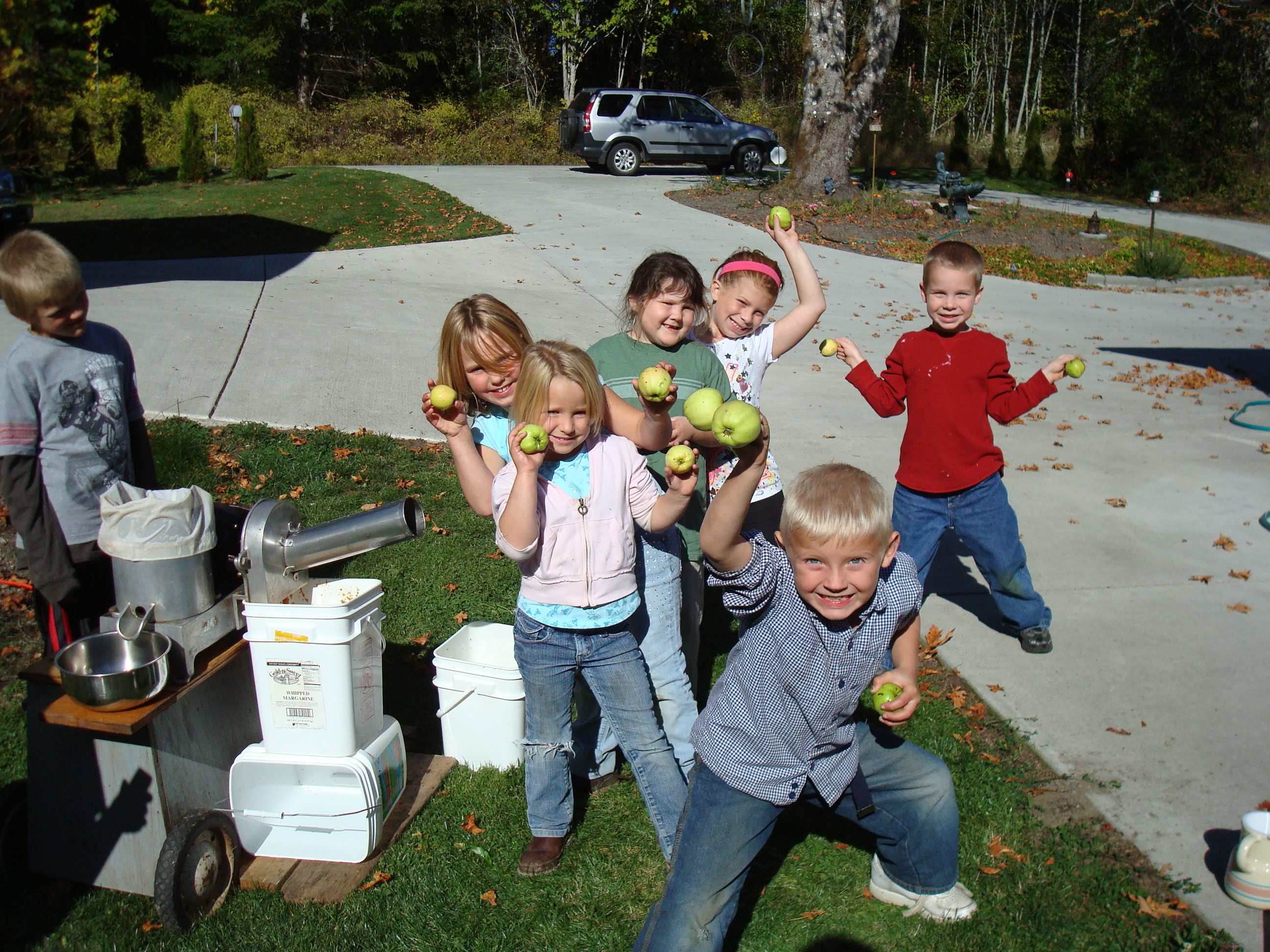 Bo kids make cider at Janes